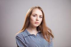 Closeuphorisontalstående av den attraktiva studentflickan på grå bakgrund med kopieringsutrymme Ung kvinna med naturlig skönhet o fotografering för bildbyråer
