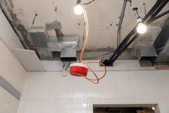 Closeupinstallation och reparation av elektrisk kabel, rökavkännare, brandlarmsystem, innan installation av elasticitet eller ins royaltyfria foton