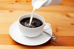 closeupkaffe mjölkar Arkivfoto