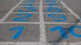 Closeupklassiker som målas på asfalten Aktiv vilar för barn Royaltyfri Foto