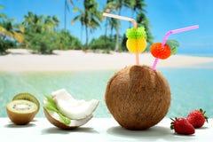 Kokosnötcoctail på stranden Arkivfoto