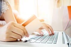 Closeupkreditkort, kvinna som shoppar direktanslutet genom att använda bärbara datorn med cre Royaltyfria Foton