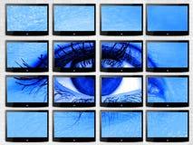 Closeupkvinnaögat på den videopd väggen av multiscreen plant tvtechonologybegrepp av det blåa filtret för hälsa arkivbilder