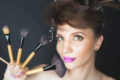 Closeupkvinna på skönhetsalongen Modesmink, utsmyckad frisyr Arkivbild