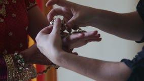 Closeupkvinnaklänningar cirkel och armband på händer med henna stock video