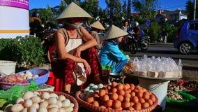Closeupkvinnan i hatt säljer ägg på gatan vid trafik i Vietnam arkivfilmer