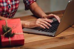 Closeupkvinnan räcker arbete med bärbara datorn Arkivfoton
