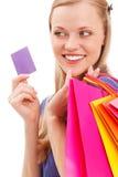 Closeupkvinnaståenden med shopping hänger lös och kortet Arkivbild