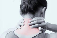 Closeupkvinnor hånglar, och skuldran smärtar/skadan med röda viktig smärtar på område med den vita bakgrunder, sjukvården och läk royaltyfri foto