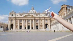 Closeupleksakflygplan på Colosseum bakgrund Italiensk europeisk semester i Rome Begrepp av fantasi arkivfilmer