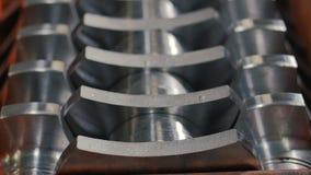 Closeuplinjer med färdiga metalldetaljer låg i lager stock video