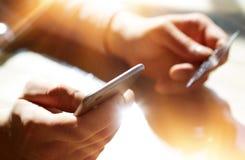 Closeupmän som rymmer handkreditkorten Shoppa för affärsmanUse Smartphone Online betalningar Guy Touching Screen Mobile Royaltyfria Bilder