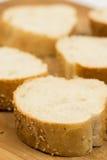 Closeupmakroen skivade franskt bröd på träbrädet royaltyfri fotografi
