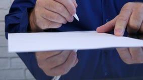 Closeupmanhänder som i regeringsställning undertecknar ett avtal på tabellen stock video