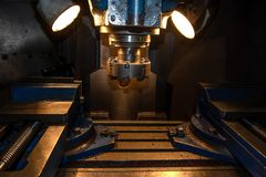 Closeupmaskinhjälpmedel i metallfabrik med industriella borrandecnc-maskiner arkivfoto