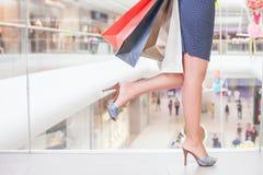Closeupmodekvinnans ben kör för att shoppa rabatter Royaltyfri Foto