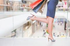 Closeupmodekvinnans ben kör för att shoppa rabatter Fotografering för Bildbyråer