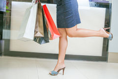 Closeupmodekvinnans ben kör för att shoppa rabatter Royaltyfria Foton