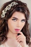 Closeupmodestående av Yound den härliga kvinnan Royaltyfria Foton