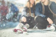 Closeuppar, flickor och pojkeskridskoåkning som är utomhus- på isbanan Fotografering för Bildbyråer