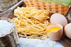 Closeuppasta, ägg, mjöl och saltar Arkivfoto