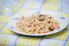 Closeuppasta med skaldjur- och tomatsås på tabellbakgrund Royaltyfria Foton