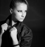 Closeupportret av en ung härlig kvinna. Mode. Arkivfoto