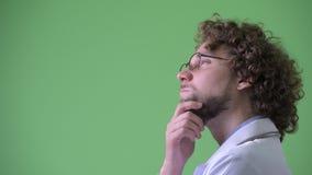 Closeupprofilsikt av lyckligt ungt skäggigt tänka för mandoktor arkivfilmer
