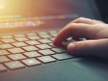 Closeupprogrammerare som kodifierar på skärmen Händer som kodifierar html och programmerar på bärbar datorskärmen, rengöringsduku arkivbild