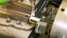 Closeuprörelse runt om drejbänkmaskinen som fungerar med detaljen stock video