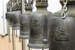 Closeuprad av klockor i buddistisk tempel i Thailand Royaltyfria Foton