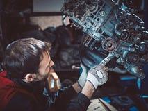 Closeupreparation av en motsättande motor av en auto mekaniker royaltyfri foto