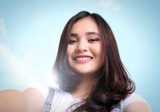 Closeupselfie av den lyckliga asiatiska flickan utomhus royaltyfria foton