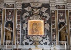 Closeupsikt av altaret av den Madonna dellaen Bruna i den Matera domkyrkan, Italien Royaltyfria Bilder