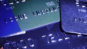 Closeupsikt av bankkreditkortar som är upplyst vid ficklampan stock video