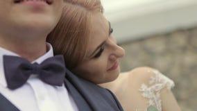 Closeupsikt av brudgummen och bruden härliga par bara gift lager videofilmer