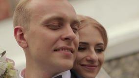 Closeupsikt av brudgummen och bruden härliga par bara gift stock video