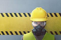 Closeupsikt av byggnadsarbetaren med den skyddande maskeringen royaltyfri foto