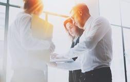 Closeupsikt av den coworking lagmöteprocessen Grupp av businessmans som arbetar med nytt startup projekt i modernt kontor Arkivbild