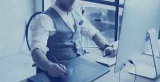 Closeupsikt av den skäggiga idérika chefteckningen med den digitala minnestavlan Stilfull bärande vit skjorta för ung man, waistc arkivfoton