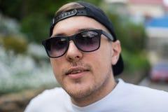 Closeupsikt av den stiliga sexiga hipstermannen med utomhus- solglasögon royaltyfri fotografi