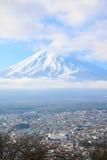 Closeupsikt av det Fujiyama berget i vintersäsong Arkivbilder