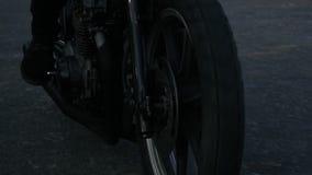 Closeupsikt av en rörande forewheel av motorcykeln Oigenkännlig person som rider motorcykeln på en landsväg stock video