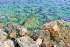 Closeupsikt av en stenig kust av medelhavet Royaltyfria Bilder