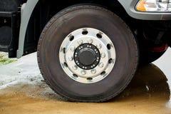 Closeupsikt av ett rubber gummihjul på en lastbil Foto för lastbilhjul- och gummihjulCloseup royaltyfri fotografi