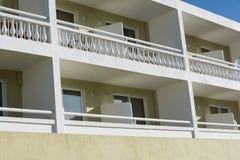 Closeupsikt av hotellbyggnad med balkonger Royaltyfria Foton