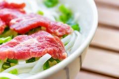 Closeupsikt av Phoen Bo Populär nötköttnudelsoppa i Vietnam royaltyfria bilder