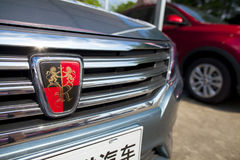 Closeupsikt av Roewe den kinesiska bilen på den aDongguan bilutställningen för skärm som väntar på spekulanter Royaltyfria Foton