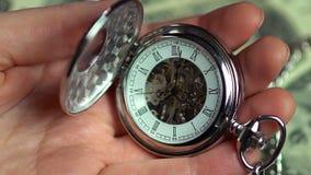 Closeupsikt av rovan i manhänder, minuter av dyrbart förbigå för liv stock video