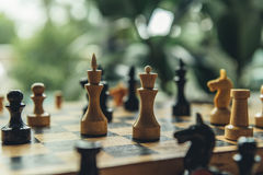 Closeupsikt av svartvita schackdiagram på schackbräde Royaltyfri Bild